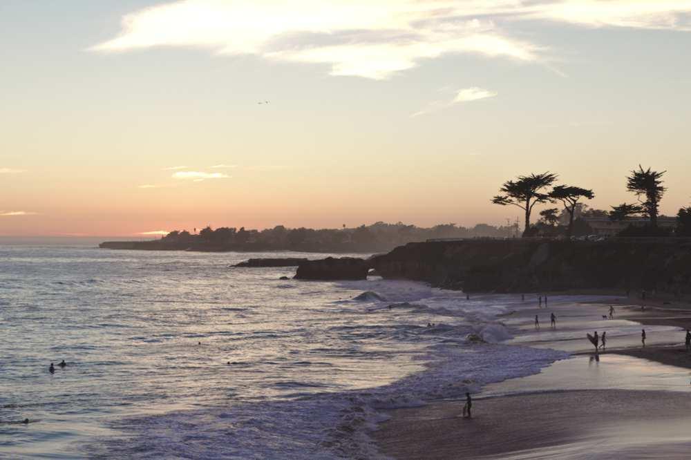 Coucher de soleil sur la plage à Santa Cruz