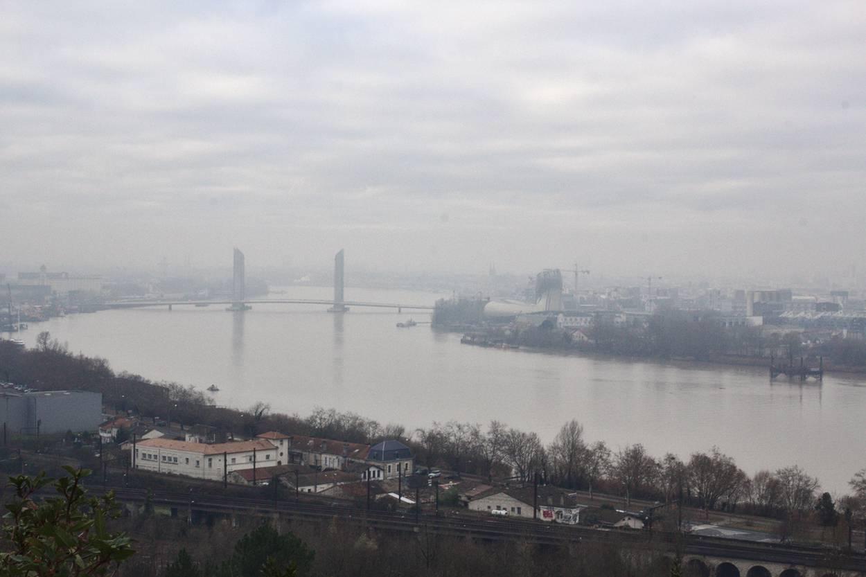 panorama d'hiver sur Bordeaux, dans le brouillard