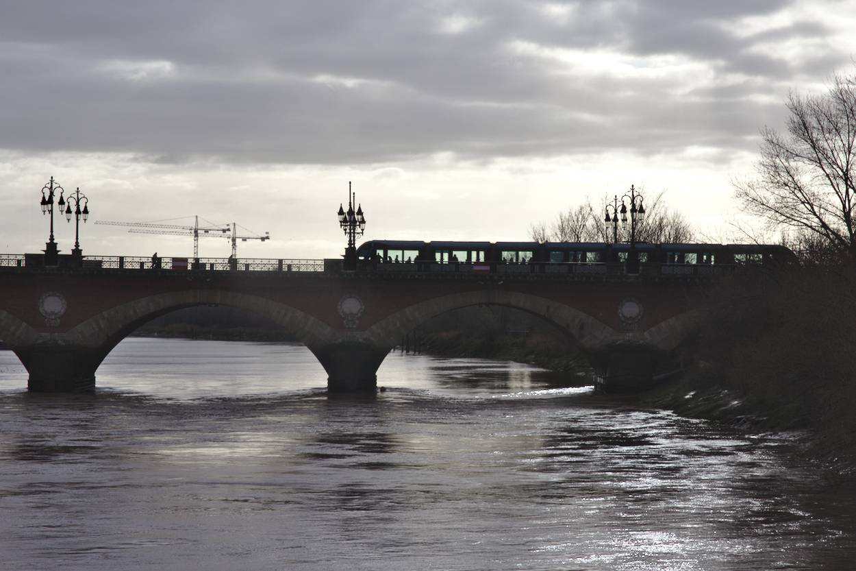 Bordeaux l'hiver : un rayon de soleil qui perce au-dessus du Pont de Pierre