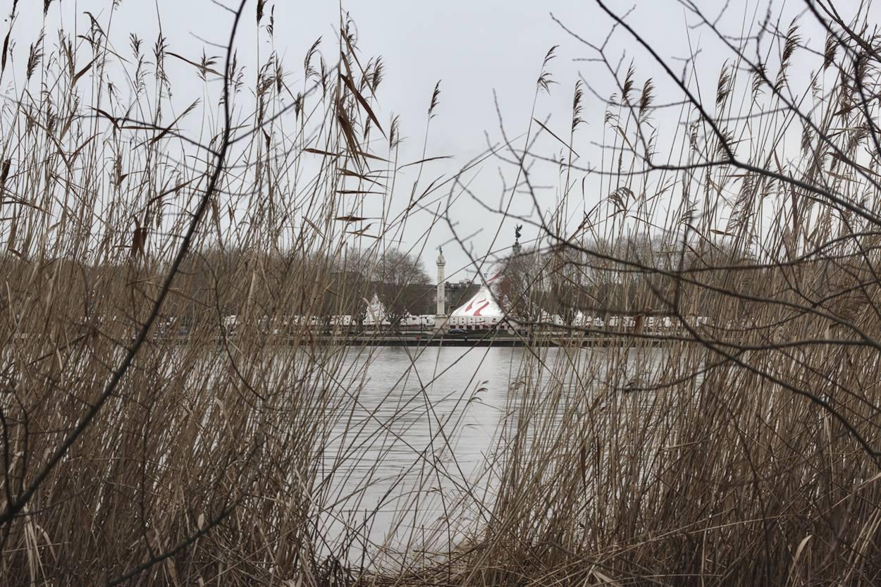 vue sur les Quinconces depuis la Garonne