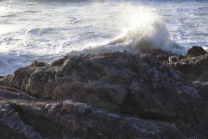 Une-vague-sur-une-rocher-sur-la-cote-atlantique