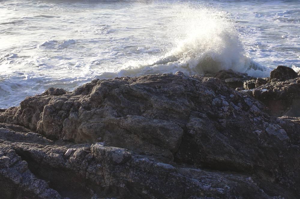 Une vague sur un rocher sur la côte Atlantique