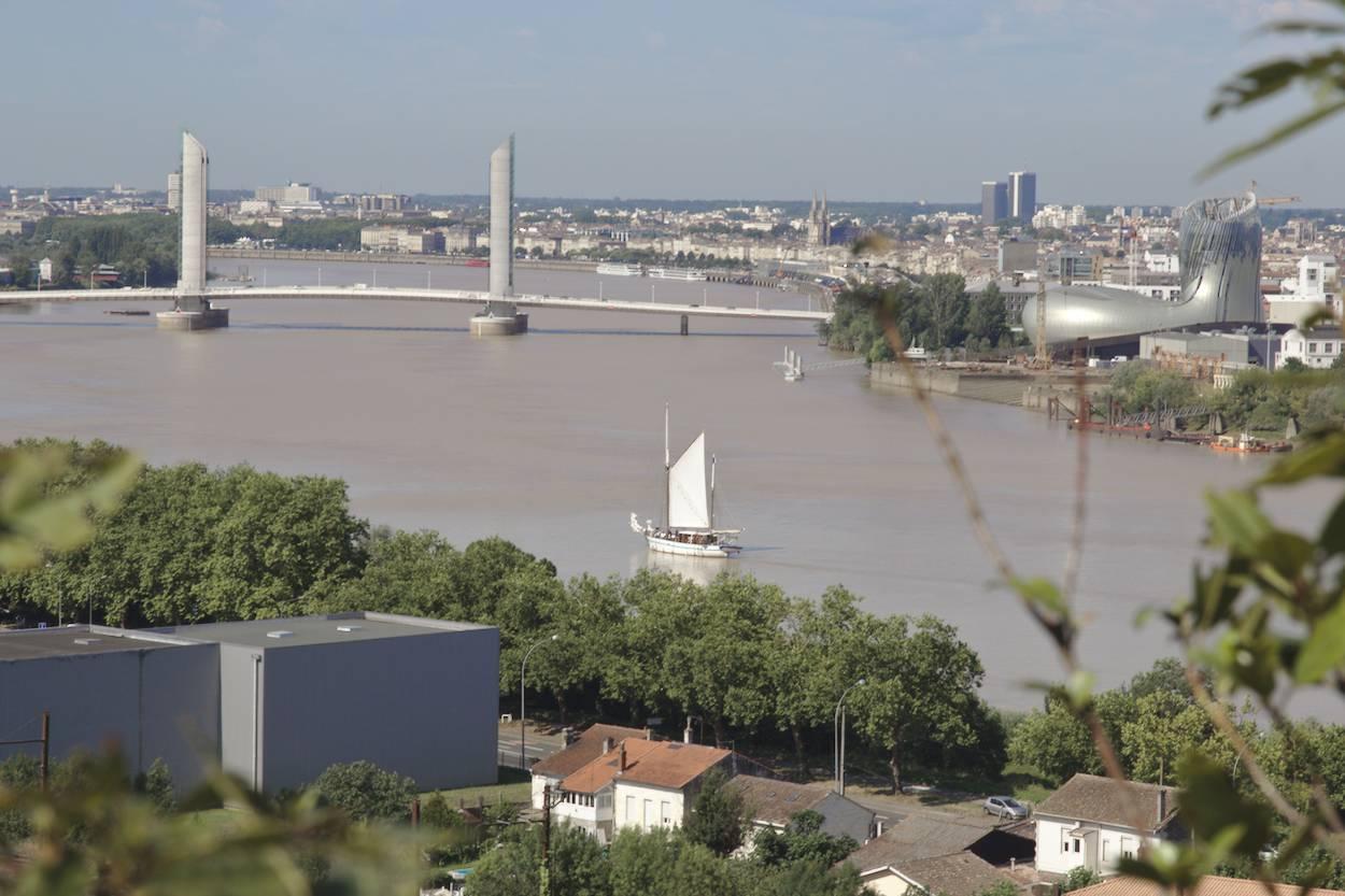 Vue plongeante de la Garonne à Bordeaux