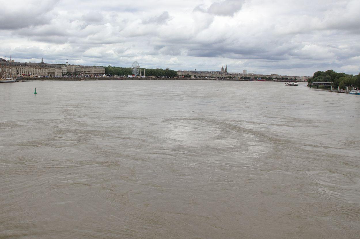 Bordeaux La Garonne vue du pont de Pierre